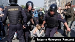 Полицейские хватают участников протеста «Он нам не царь» в Москве. 5 мая 2018 года.