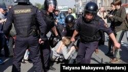 Під час затримань на Пушкінській площі, Москва, 5 травня 2018 року