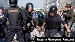 Пулиси Русия ҳангоми боздошти фаъолони мухолифин