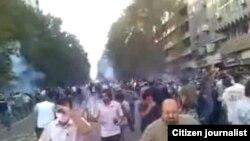 Поліція розганяє сльозогінним газом демонстрацію у Тегерані, 9 липня 2009 р.