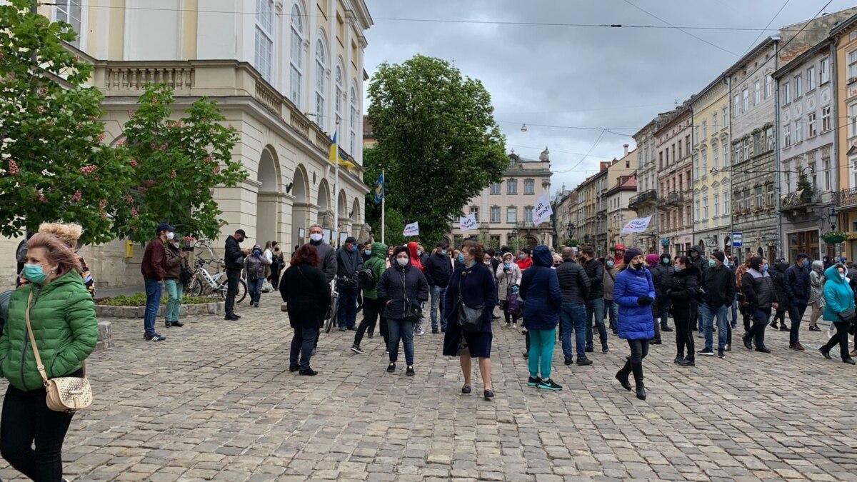 Предприниматели Львова требуют от мэрии разрешить работу магазинов