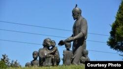 Памятник узбекской семье Шамахмудовых, принявшей 15 детей в годы войны. Фото с веб-сайта Gazeta.uz.