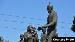 Памятник семье узбекского кузнеца Шоахмеда Шомахмудова целых 9 лет стоял на окраине Ташкента. Фото с веб-сайта Gazeta.uz.