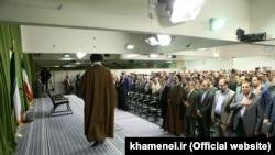 آیتالله علی خامنهای در حال رفتن به جایگاه سخنرانی