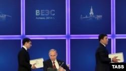 Президент России Владимир Путин (в центре) на подписании в Астане договора о создании Евразийского экономического союза. 29 мая 2014 года.