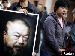 Susținători ai lui Ai Weiwei la studioul de artă Weiweis demolat de autorități la Shanghai