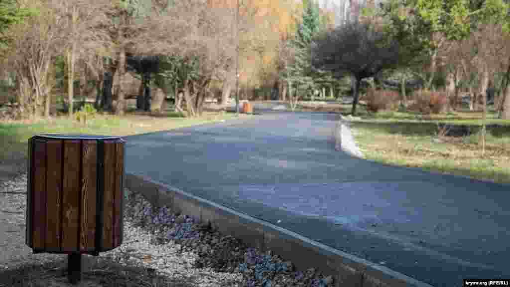 В парке устанавливают новые урны