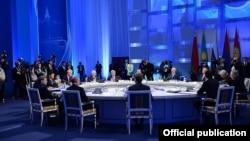 Kazakhstan - The presidents of Kazakhstan, Russia, Belarus, Armenia and Kyrgyzstan meet in Astana, 29May2014.