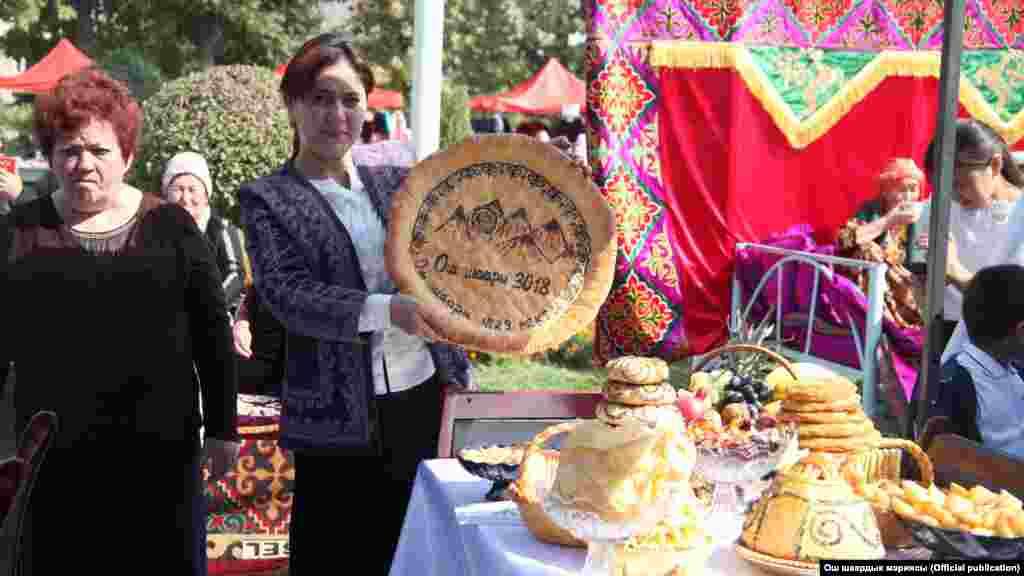 """Өлкөнүн экинчи борборундагы майрамга карата """"Сулайман-Тоо - тынчтыктын жана ынтымактын символу"""" аттуу фестиваль өттү."""