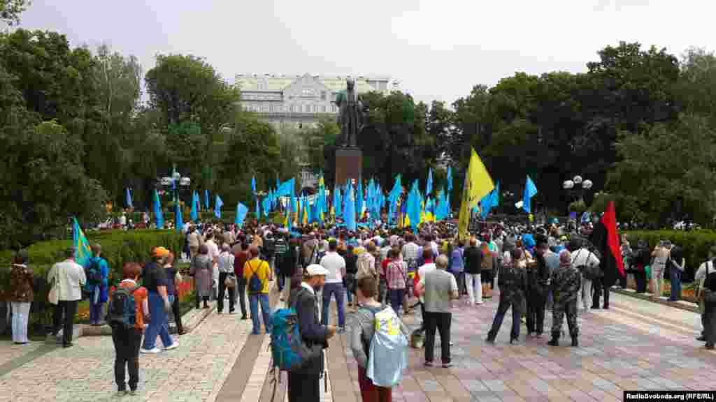 Траурный марш памяти по случаю 70-летия депортации крымских татар прошел в столице Украины.