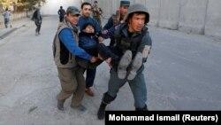 Полицајците им помагаат на повредените во денешниот напад во Кабул