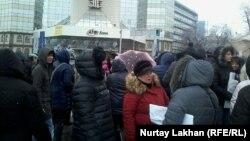 Ипотечники перед зданием коммерческого банка. Алматы, 12 января 2016 года.