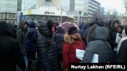 Собравшиеся на акцию протеста ипотечники стоят перед офисом АТФ Банка. Алматы, 12 января 2016 года.