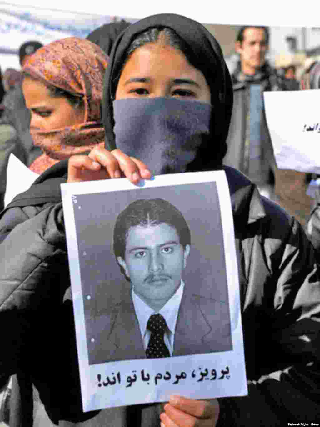 Afghans protesting death sentence for journalist accused of blasphemy - Members of Afghanistan's Solidarity Party demonstrate against the death sentence they consider illegal handed down to young journalist Sayed Perwiz Kambakhsh, who was accused of blasphemy.