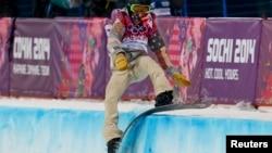 Шон Уайт падает во время соревнования по мужскому хафпайпу на Олимпиаде в Сочи 11 февраля