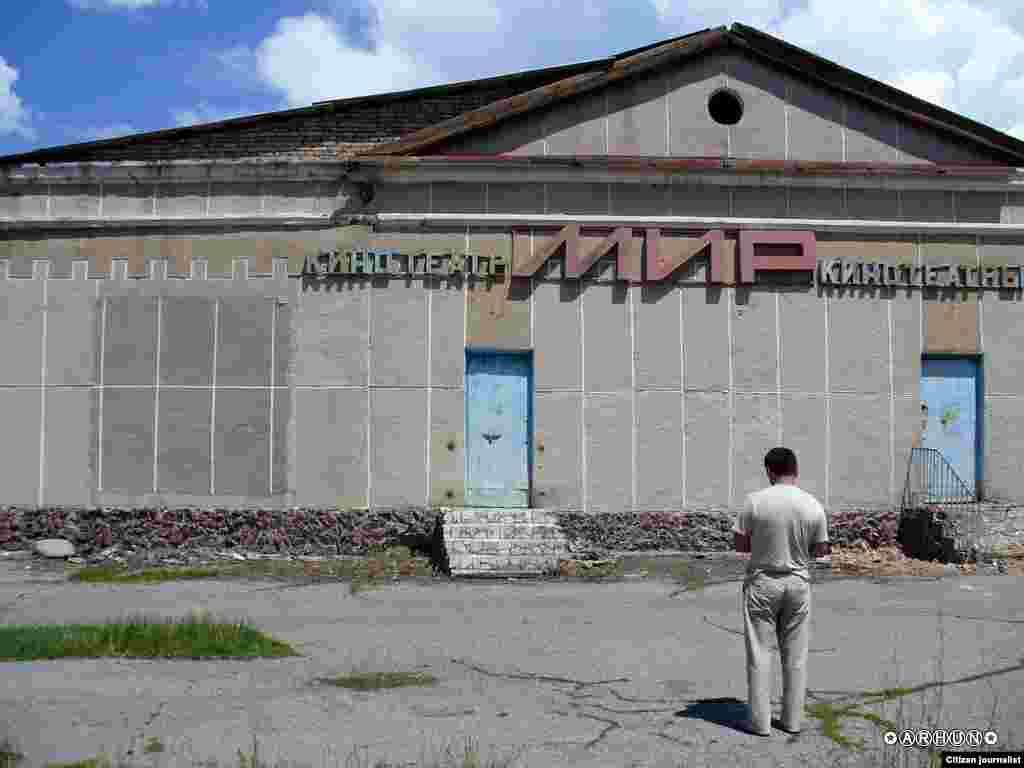 """""""Мир"""" кинотеатры. Бір ауылдағы кеңес дәуірінен қалған, дәурені кеткен ғимарат. Жүктеген: Arhun"""