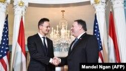 Петер Сійярто (л) і Майк Помпео (п) перед зустріччю в Держдепартаменті США, Вашингтон, 30 травня 2018 року