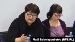 Координатор программы «Прозрачность и подотчетность» Алма Конарова (слева) и координатор группы общественного мониторинга по Актюбинской области Марина Цыганкова. Астана, 19 февраля 2016 года.
