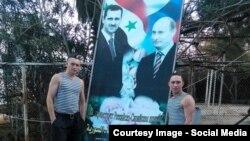 Російські солдати у Сирії на тлі плакату з Башаром Асадом і Володимиром Путіним (архівне фото)