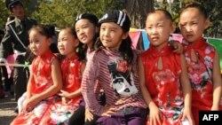 Егіздер фестиваліне келген балалар. Қытай, 6 қазан 2009 жыл. (Көрнекі сурет)