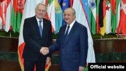 Главы МИД Узбекистана и Франции Абдулазиз Камилов (справа) и Жан-Марк Эйро. Ташкент, апрель 2017 года.
