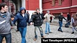 Активисты оппозиции водят хороводы у входа на Красную площадь. Москва, 1 апреля 2012 года.