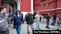 Aktivistët opozitarë qëndrojnë afër dyerve të mbyllura të Sheshit të Kuq, Moskë, 1 prill, 2012