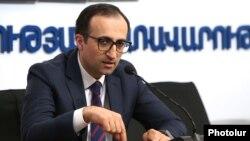 Armenia --Health Minister Arsen Torosian gives a press conference, Yerevan, April 10, 2020.