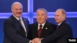 Беларусь президенті Александр Лукашенко (сол жақта), Қазақстан президенті Нұрсұлтан Назарбаев (ортада) және Ресей президенті Владимир Путин (оң жақта) ЕАЭО келісіміне қол қойған соң бір-бірін құттықтап тұр. Астана, 29 мамыр 2014 жыл.