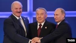 Президенти Білорусі Олександр Лукашенко (л), Казахстану Нурсултан Назарбаєв (с) і Росії Володимир Путін (п) після підписання Договору про ЄАЕС, Астана, 29 травня 2014 року