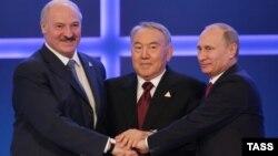 Президент Беларуси Александр Лукашенко (слева), президент Казахстана Нурсултан Назарбаев (в центре) и президент России Владимир Путин после подписания договора о создании ЕАЭС. Астана, 29 мая 2014 года.