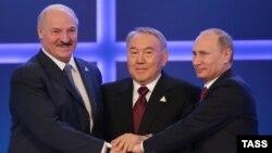 Президент Беларуси Александр Лукашенко (слева), президент Казахстана Нурсултан Назарбаев (в центре) и президент России Владимир Путин после подписания договора о Евразийском экономическом союзе. Астана, 29 мая 2014 года.