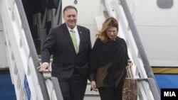 Мајк Помпео со сопругата пристигнува на Охридскиот аеродром