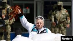 Георгий тасмасын көтөргөн аял орусиячыл жикчилдердин жанында. Украина, Константиновка. 24-апрель, 2014-жыл.