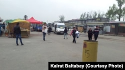 Стоянка для автобусов рядом с рынком «Алтын Орда». Алматинская область, 17 апреля 2013 года.