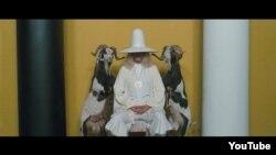 """Alejandro Jodorowsky-nin """"Müqəddəs dağ"""" filmindən bir kadr."""