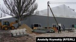 Монтаж льодового катка в Сімферополі