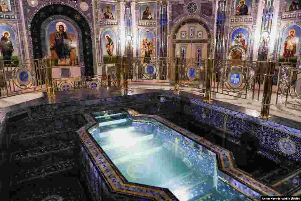 Bazinul care va fi folosit pentru botezuri. Biserica trebuia să fie plătită în întregime prin donații, însă, conform rapoartelor rusești, aproximativ 2,95 miliarde de ruble (aproximativ 40 de milioane de dolari) provin din bugetul Kremlinului.