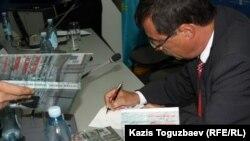 Евгений Жовтис жаңа кітабына қолтаңба жазып отыр. Алматы, 16 сәуір 2012 жыл.