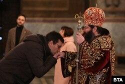 Цілування руки священника після служби Божої, храм св. Олександра Невського, Софія, 15 березня 2020 року