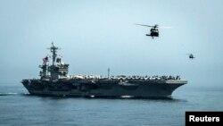 """АҚШ-тың әскери ұшақ алып жүретін """"Карл Винсон"""" кемесі."""