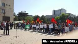 """Участники флешмоба """"Мы не боимся!"""". Бишкек, 17 сентября 2017 года."""