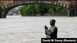 Статуя неоиндуистского проповедника Шри Чинмоя на острове Кампа в центре Праги, 2 июня 2013 г.