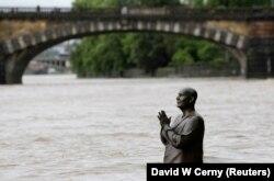 Статуя Шры Чынмоя ў Празе падчас паводкі 2013-га году