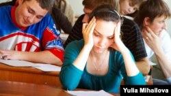 """Potrivit Centrului anticorupţie, """"ajutorul"""" la examen i-a costat pe fiecare elev peste 2.000 de lei."""