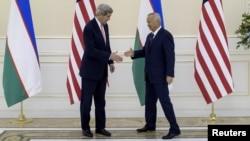Госсекретарь США Джон Керри (слева) и президент Узбекистана Ислам Каримов.