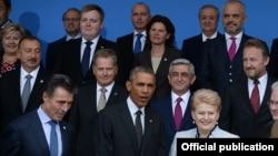 باراک اوباما و آندرس فوگ راسموسن، رئیسجمهوری آمریکا و دبیر کل ناتو (به ترتیب، ردیف جلو از چپ)