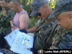 Солдаты украинской армии рассматривают полученные в посылках детские рисунки. 8 июня 2014 года.