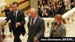 Слева направо: Дмитрий Медведев, Виктор Садовничий и Елена Вартанова, журфак МГУ, 20 октября 2011