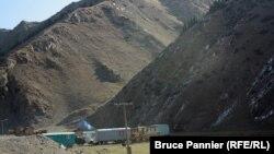 Вагончики вдоль трассы в Кыргызстане, где живут китайские рабочие, прокладывающие дорогу. 30 сентября 2015 года.